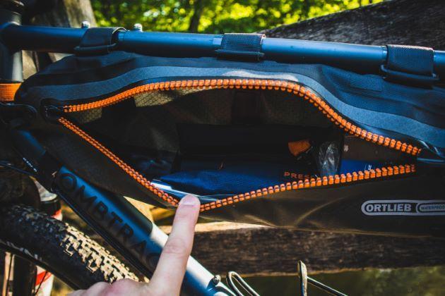 Ortlieb frame-pack toptube rahmentasche geöffnet grosses volumen
