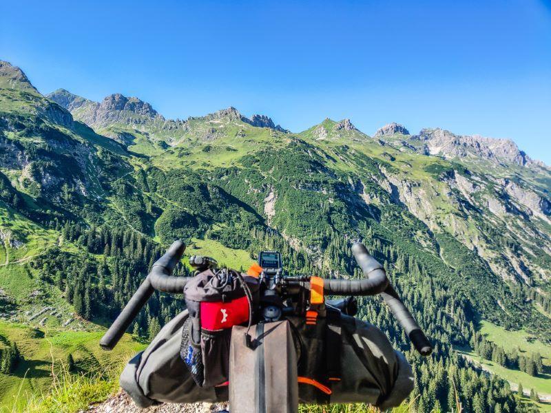 Cockpit Ansicht von Schrofenpass Mountainbike Trail aus