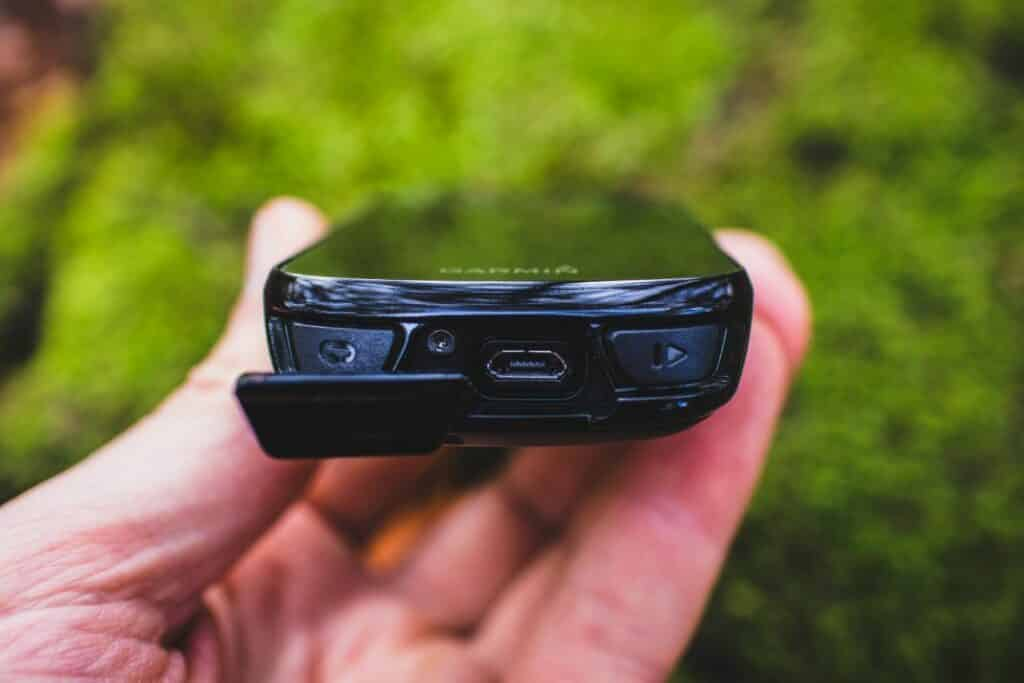 Garmin Edge 830 Test - Micro USB Anschluss beim GPS Fahrrad Navi