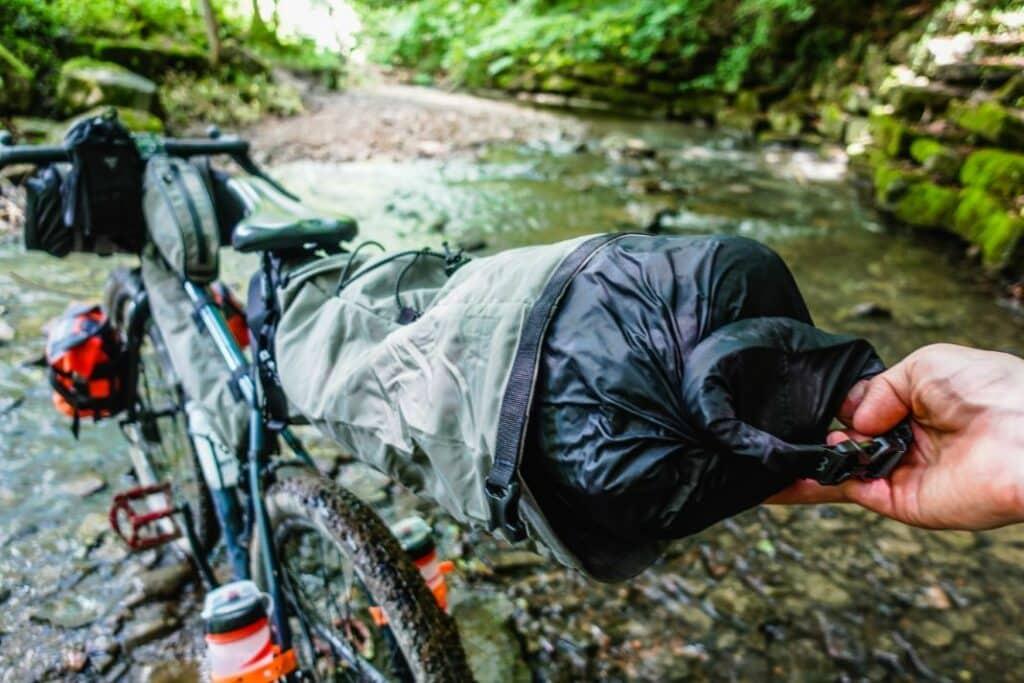 Topeak Backloader Satteltasche Bikepacking Test Wasserdicht Packsack