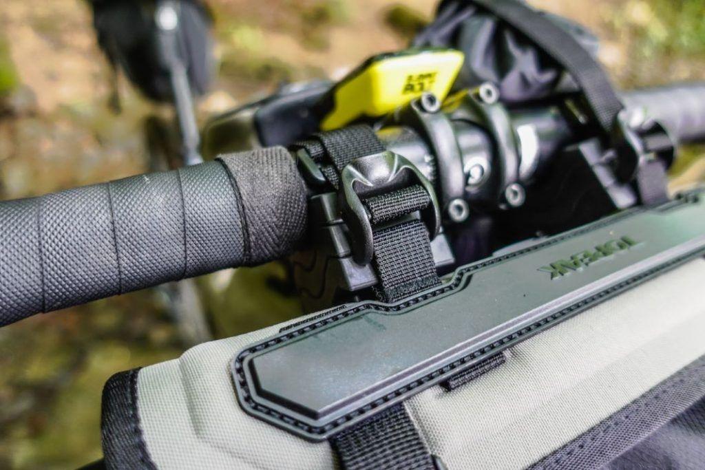 Topeak Frontloader Lenkertasche Lenkerrolle Fahrrad Bikepacking Test Befestigung