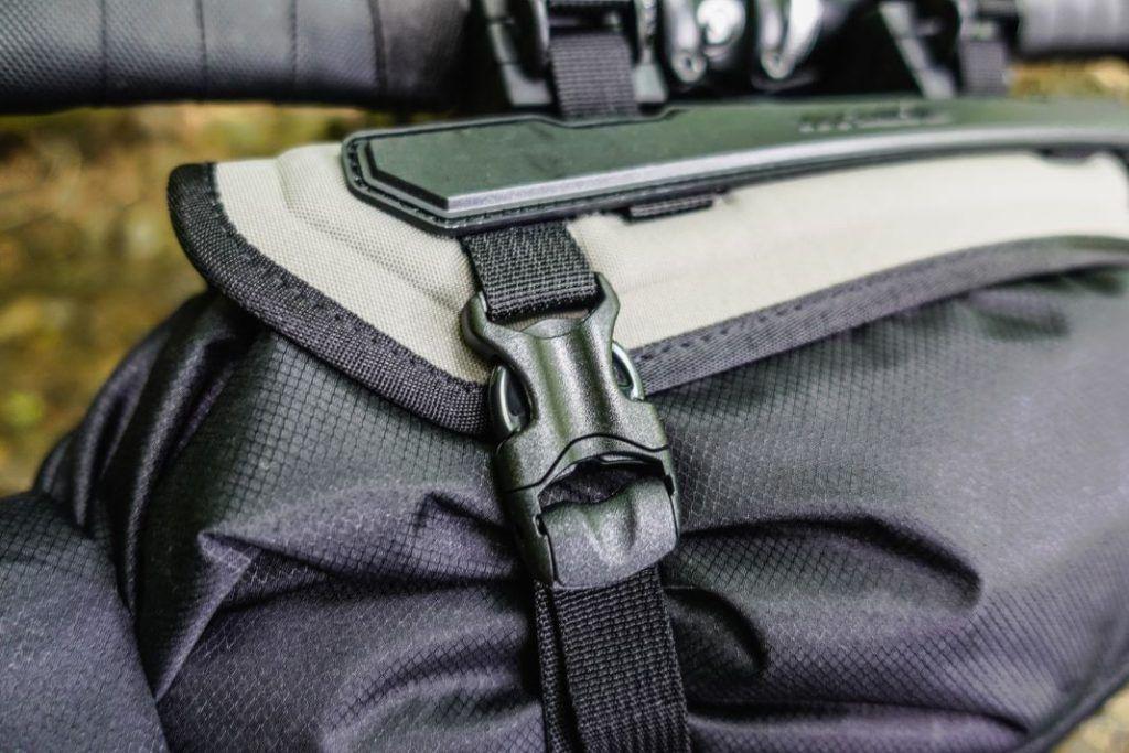 Topeak Frontloader Lenkertasche Lenkerrolle Fahrrad Bikepacking Test Befestigung Clip