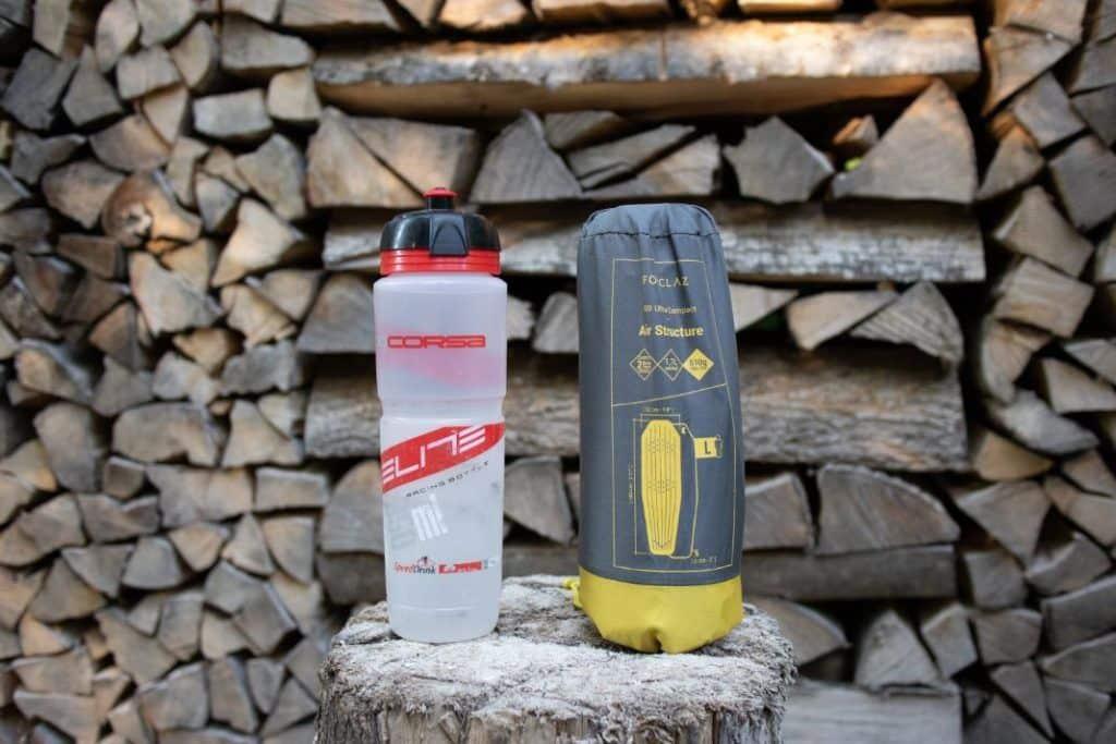 Ultraleicht Isomatte Vergleich mit Trinkflasche Decathlon Trek 700 Trekking Luftmatratze