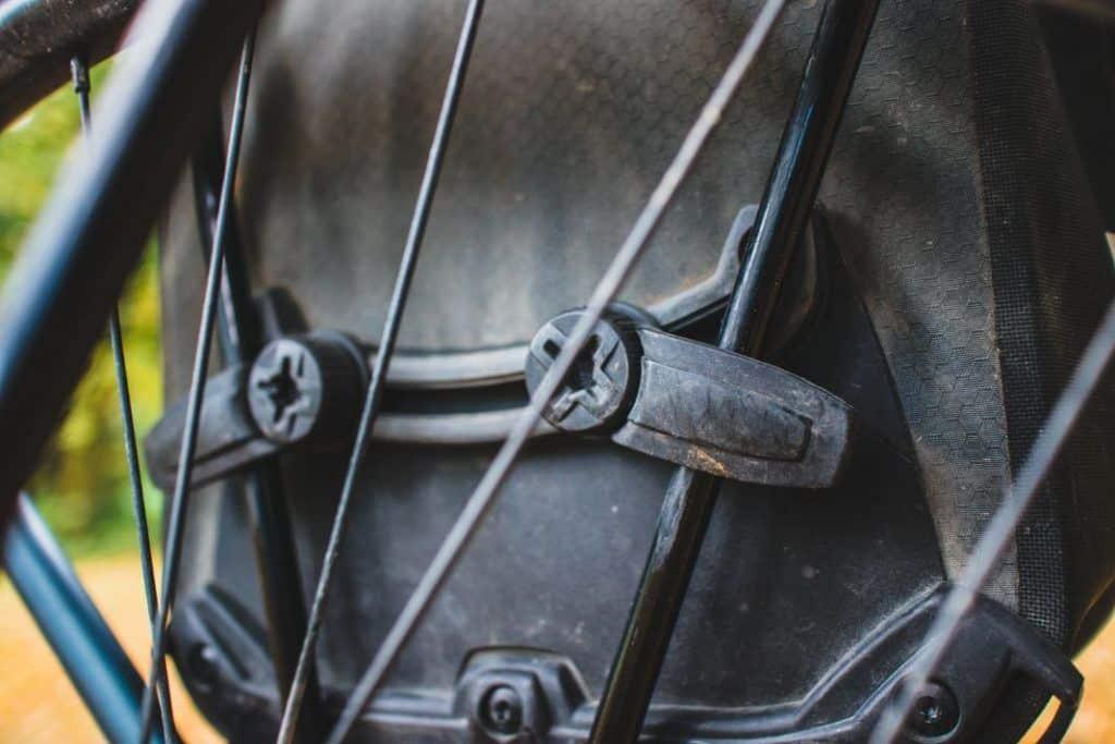 Ortlieb Gravel Pack Test kleine Fahrradtaschen fürs Mountainbike Befestigung mit zwei Haken