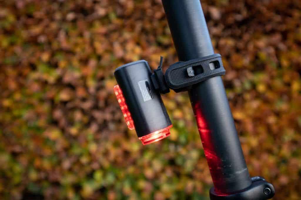 Fischer LED Beleuchtungsset Test Rücklicht am Fahrrad montiert