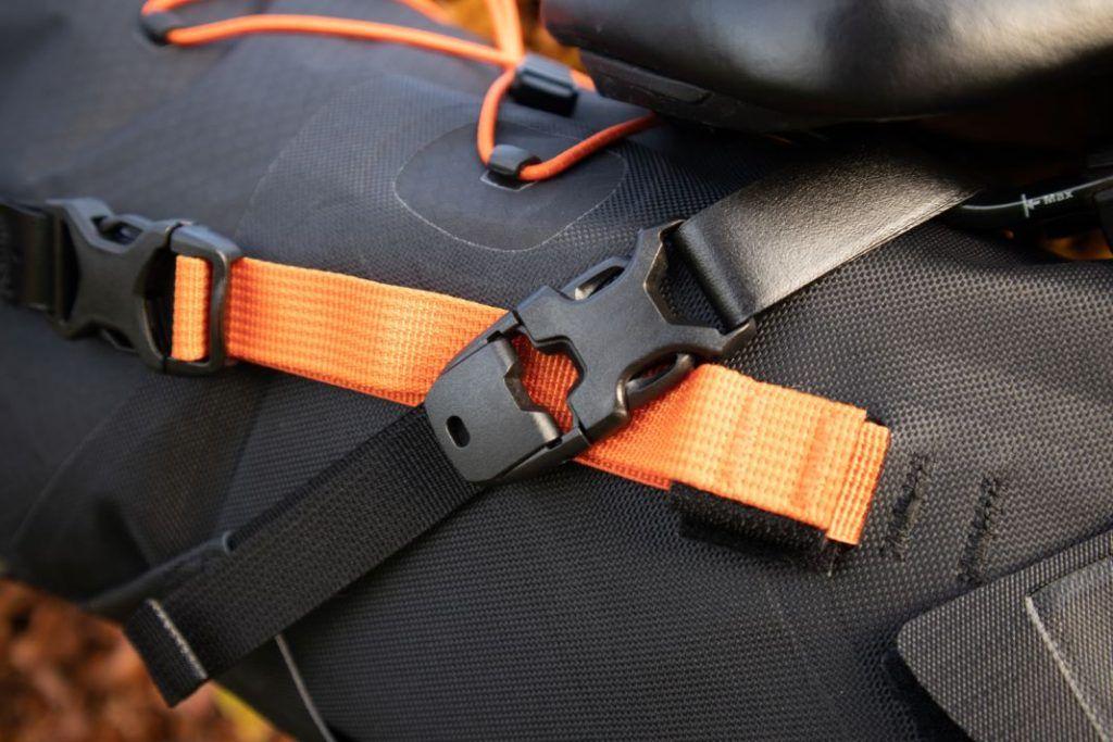Ortlieb Seat Pack 11L Befestigung mit stabilen Plastikklipps