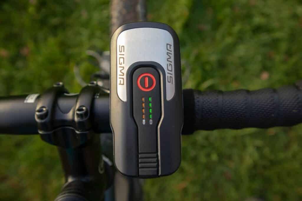 Sigma Aura 80 Test Fahrradlampe am Lenker befestigt