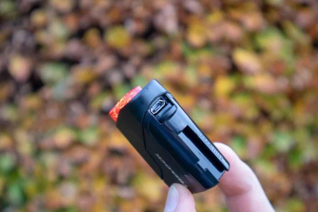 Trelock LS 720 Reego Test Rücklicht Klappe USB Buchse Ladeanschluss (2)