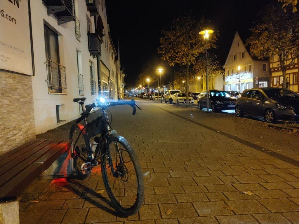 Trelock LS 760 I-GO Vision Test Leuchtkegel in der Stadt Fahrradlampe